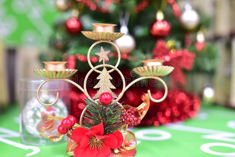 Los juguetes y los artes de la Navidad empañaron el bokeh del fondo fotografía de archivo
