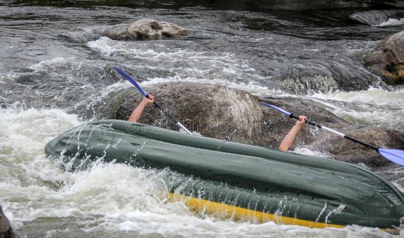 Los Kayakers luchan el agua blanca en un río del insecto de Pivdenny foto de archivo