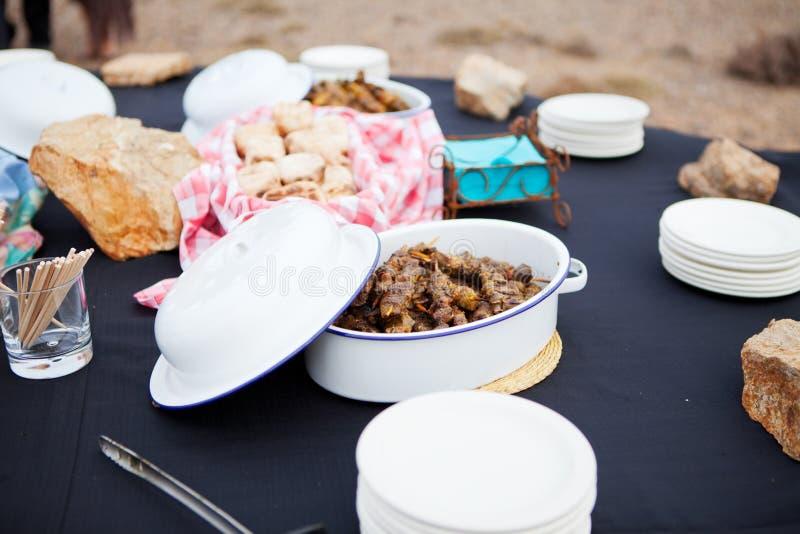 Los kebabs frescos de la carne del cordero y el pan asado sirvieron en platos fotografía de archivo