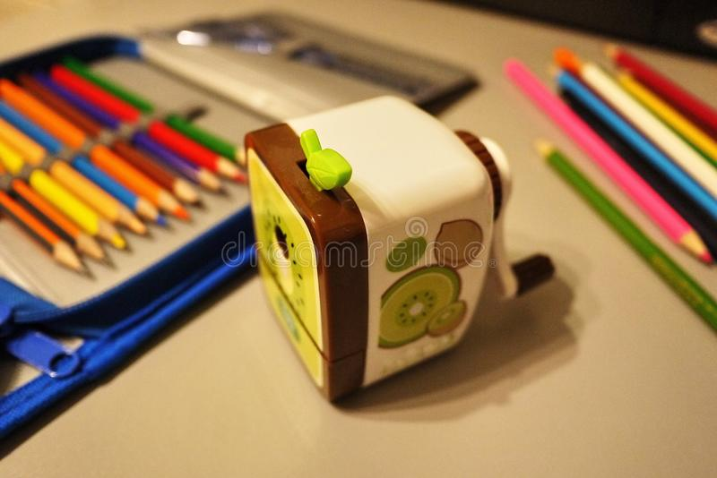 Los lápices agudos afilaron con sacapuntas mecánicos especiales Tales lápices perfectamente agudos se obtienen solamente con e fotografía de archivo libre de regalías