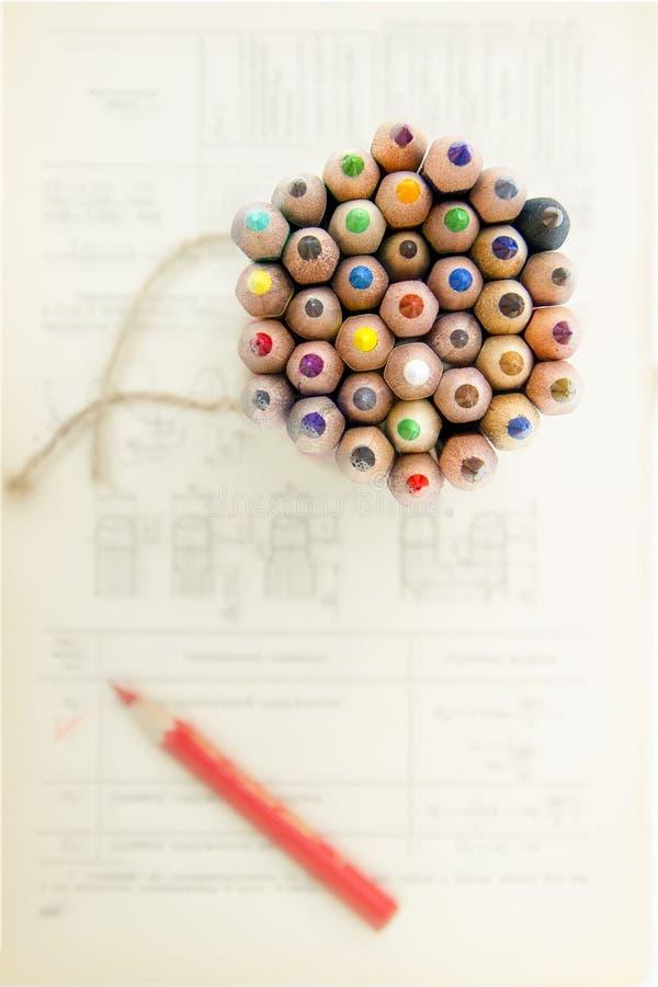 Los lápices coloreados están en los dibujos técnicos y simbolizan la época de la decisión fotografía de archivo