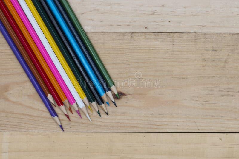 Los lápices colorean en la tabla de madera imágenes de archivo libres de regalías