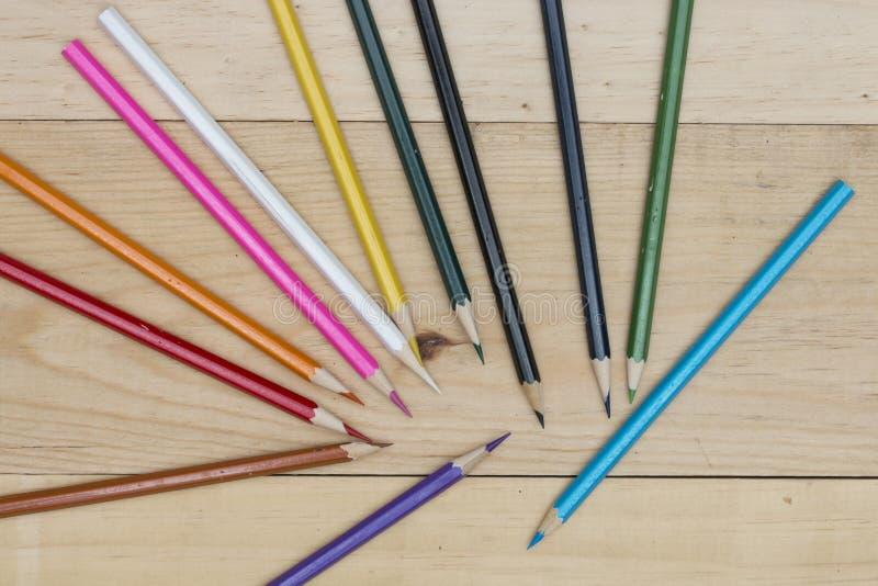 Los lápices colorean en la tabla de madera fotos de archivo