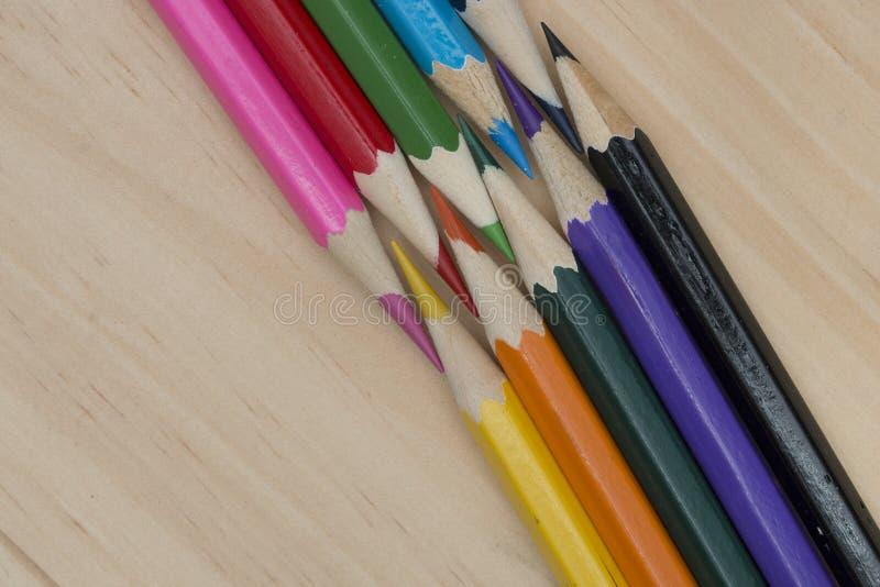 Los lápices colorean en la tabla de madera imagenes de archivo