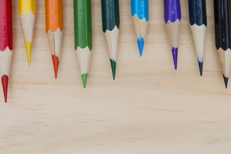 Los lápices colorean en la tabla de madera imagen de archivo libre de regalías