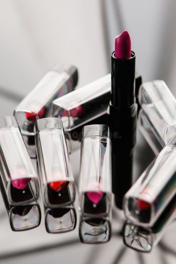 Los lápices labiales del ` s de las mujeres de la amplia gama atribuyen belleza fotografía de archivo libre de regalías