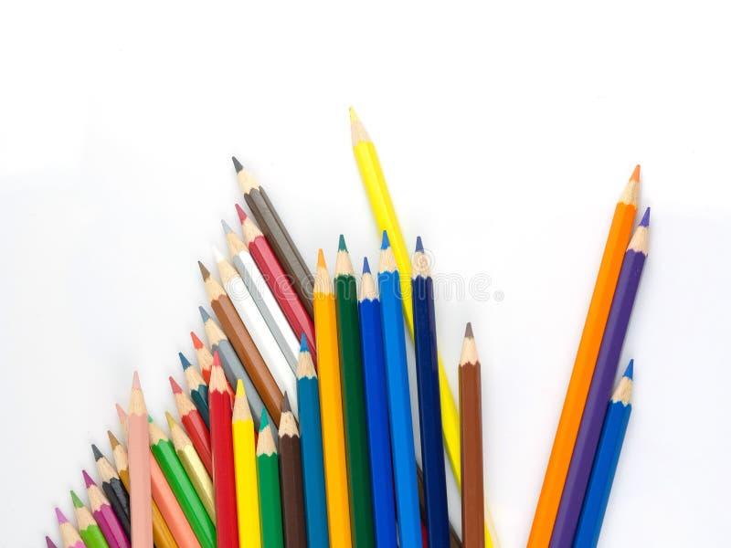 Los lápices multicolores con el espacio libre para el texto en el fondo blanco, lápices del color aislaron fotografía de archivo