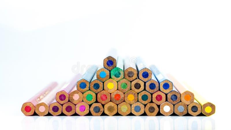Los lápices multicolores con el espacio libre para el texto en el fondo blanco, lápices del color aislaron, espacio de la copia imagenes de archivo
