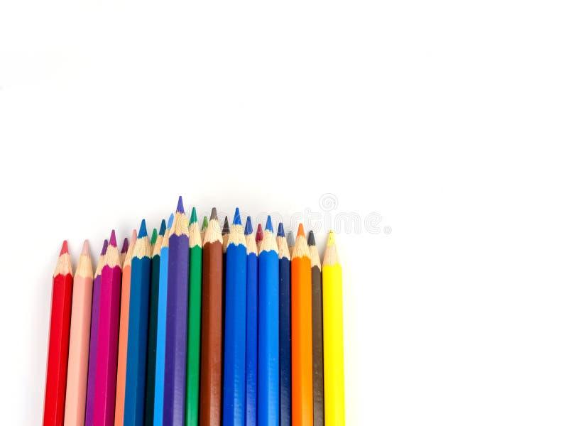 Los lápices multicolores con el espacio libre para el texto en el fondo blanco, lápices del color aislaron imagen de archivo
