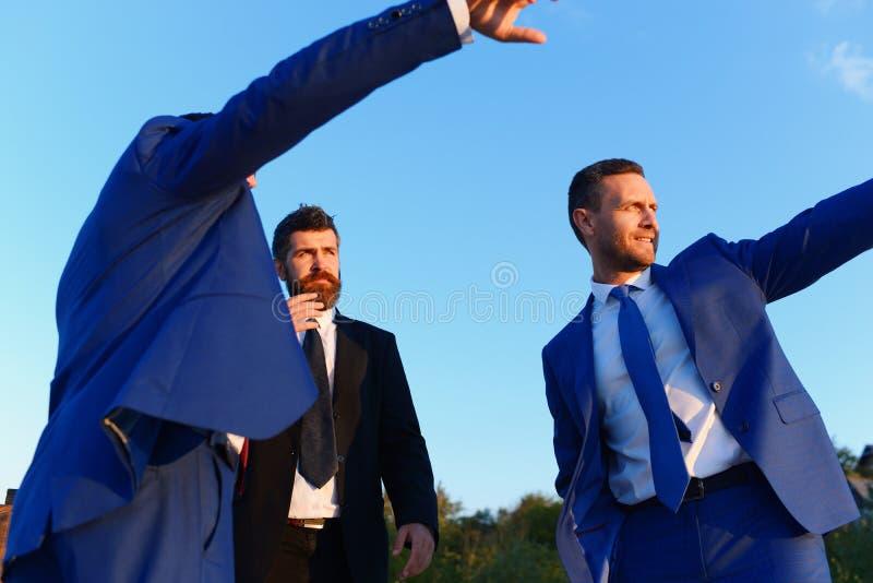 Los líderes de la compañía muestran las obras El tablero de ejecutivos toma un paseo fotos de archivo libres de regalías