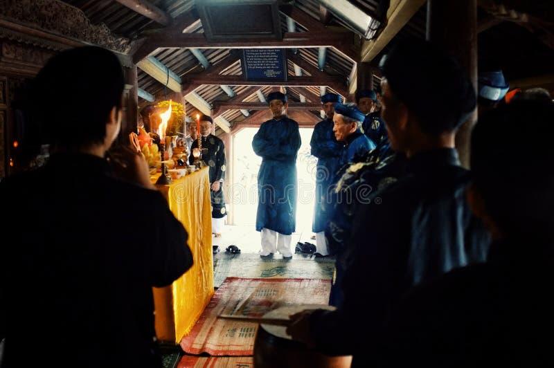 los líderes religiosos locales son bendición un puente y mostrar un cierto sacrificio de la comida en vestido tradicional con las imagen de archivo