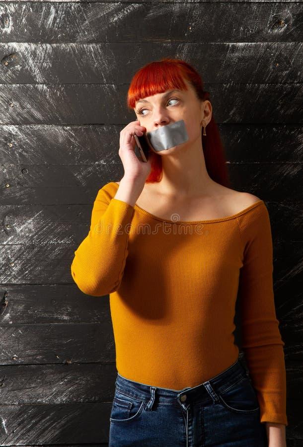 Los labios de la cinta de la muchacha llaman por teléfono fotos de archivo libres de regalías