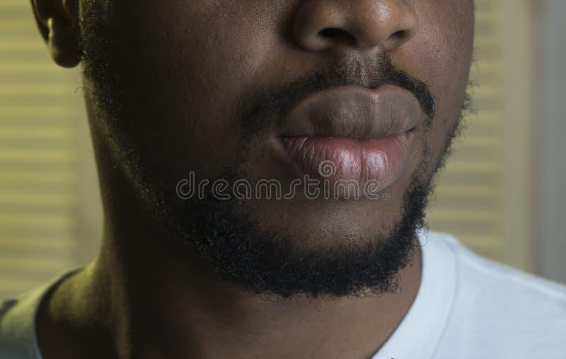 Los labios masculinos se cierran para arriba, fondo de la persiana Concepto africano de la belleza de la gente Labios del machist fotografía de archivo