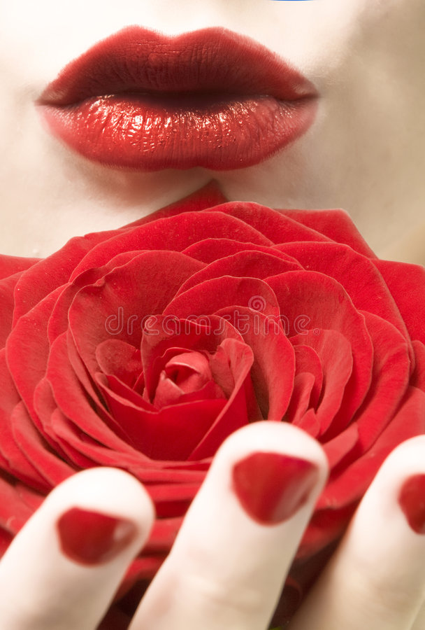 Los labios rojos, clavos y se levantaron fotografía de archivo