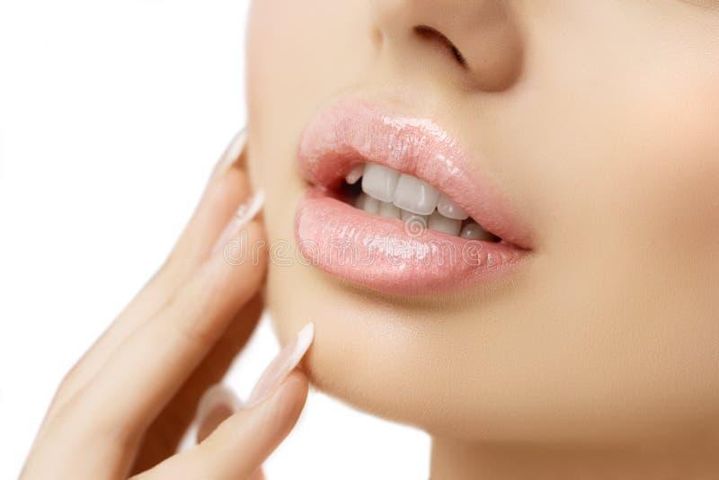 Los labios rosados de la mujer se cierran para arriba Muchacha modelo hermosa con el lápiz labial, mA fotos de archivo