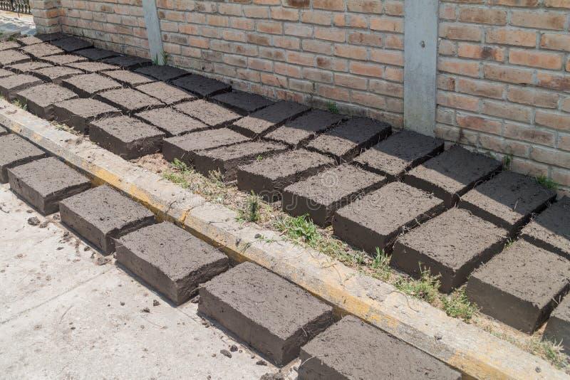 Los ladrillos de Adobe se secan en el pueblo de Campa del La, Hondur imagen de archivo