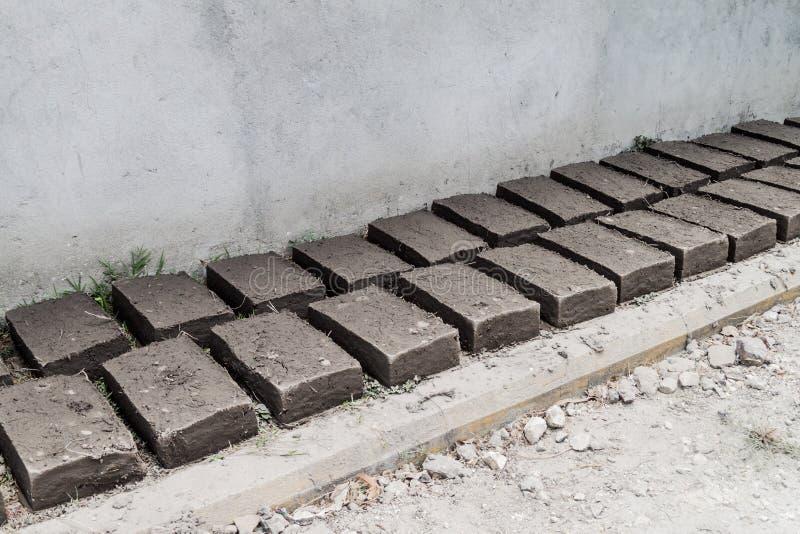 Los ladrillos de Adobe se secan en el pueblo de Campa del La, Hondur imagenes de archivo