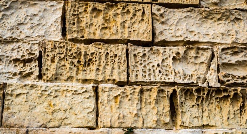 Los ladrillos de la piedra caliza erosionaron y se agrietaron imágenes de archivo libres de regalías