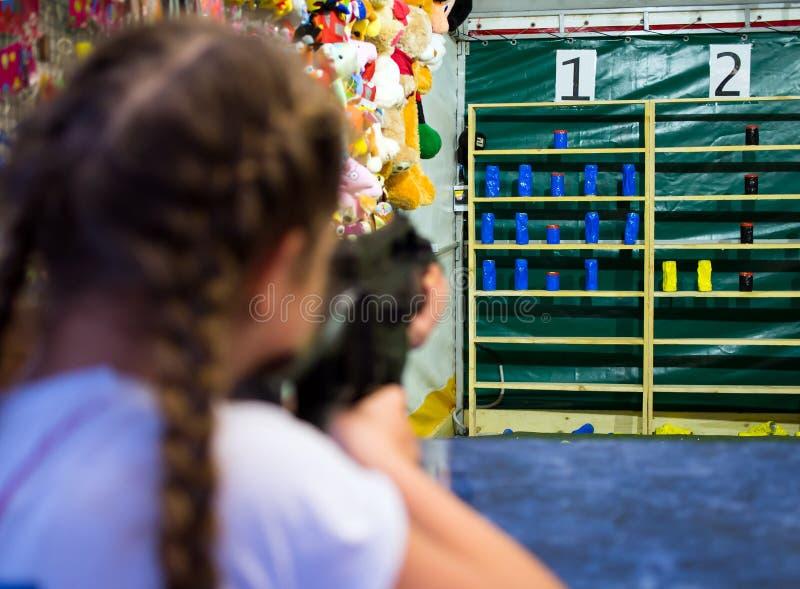 Los lanzamientos de la muchacha de una máquina neumática en la rociada premiada foto de archivo