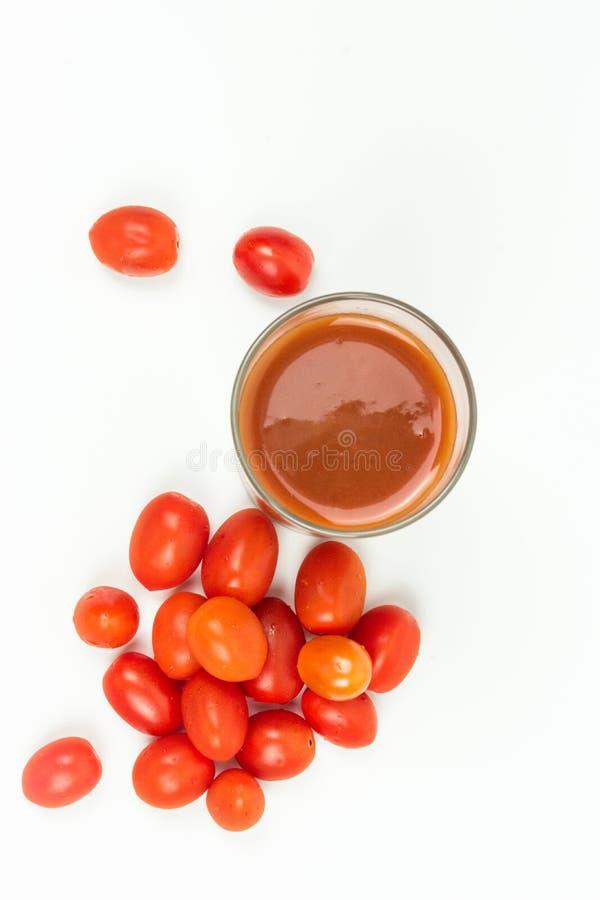 Los lanzamientos de los tomates en el estudio imagen de archivo