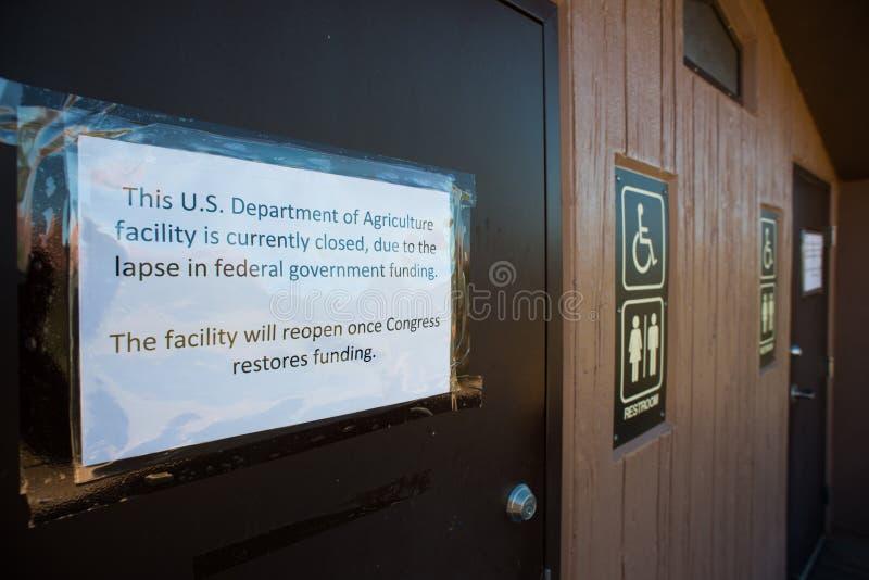 Los lavabos públicos son cerrado debido al cierre del gobierno fotos de archivo libres de regalías