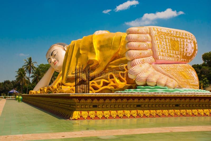 Los lenguados de los pies Mya Tha Lyaung Reclining Buddha Bago Myanma birmania fotos de archivo