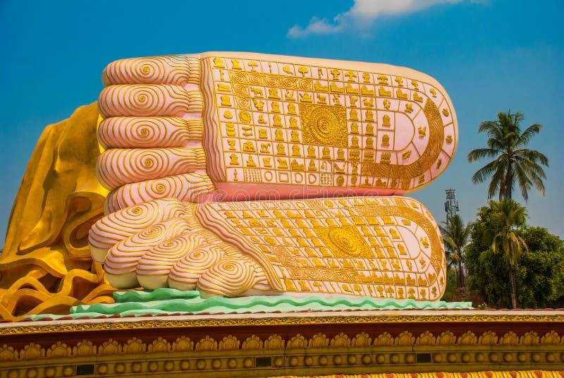 Los lenguados de los pies Mya Tha Lyaung Reclining Buddha Bago Myanma birmania fotografía de archivo