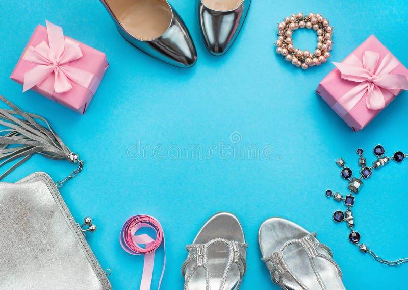 Los leus planos de la composición festiva fijaron la caja para mujer del collar del monedero de los zapatos de vestir de los rega foto de archivo