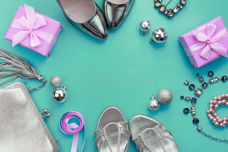 Los leus planos de la composición festiva fijaron la caja para mujer del collar del monedero de los zapatos de vestir de los rega imagen de archivo libre de regalías