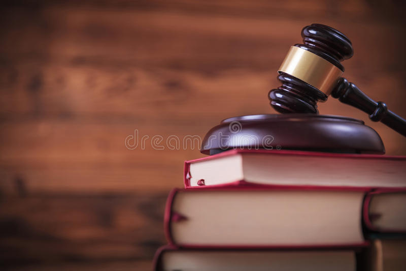 Los libros con el ` s del juez martillan en el top fotos de archivo