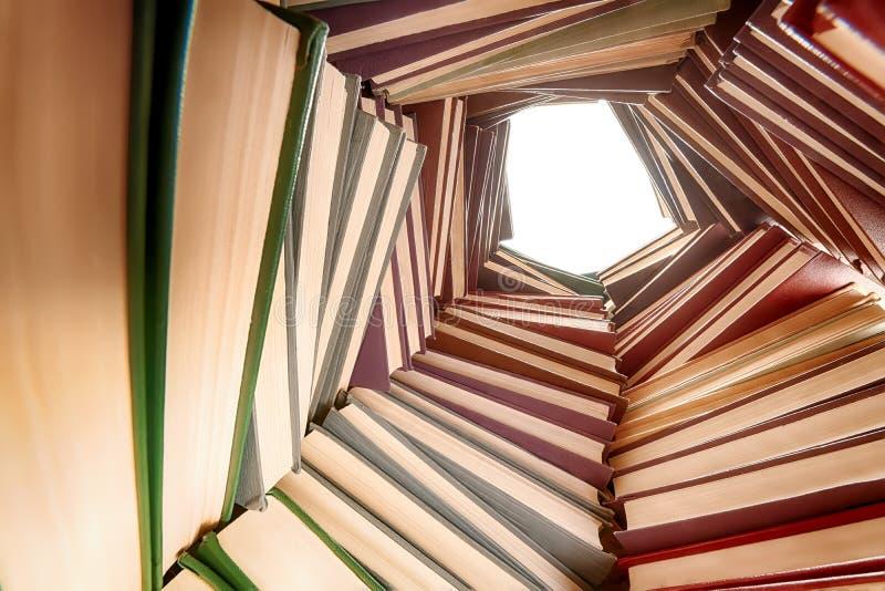 Los libros de tapa dura grandes llenan la visión granangular fotos de archivo
