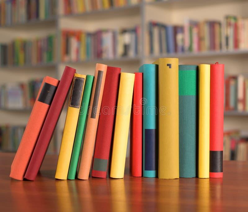 Los libros multicolores están en la tabla fotografía de archivo libre de regalías