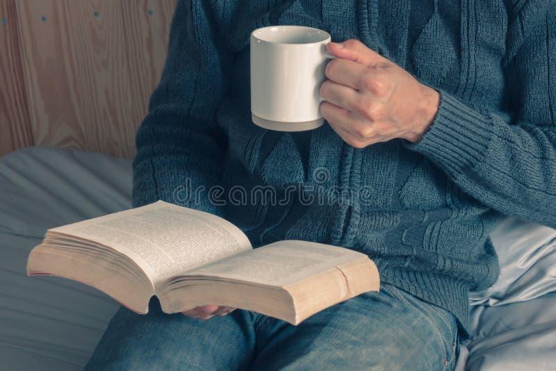 Los libros que gozan de una taza de café fotografía de archivo