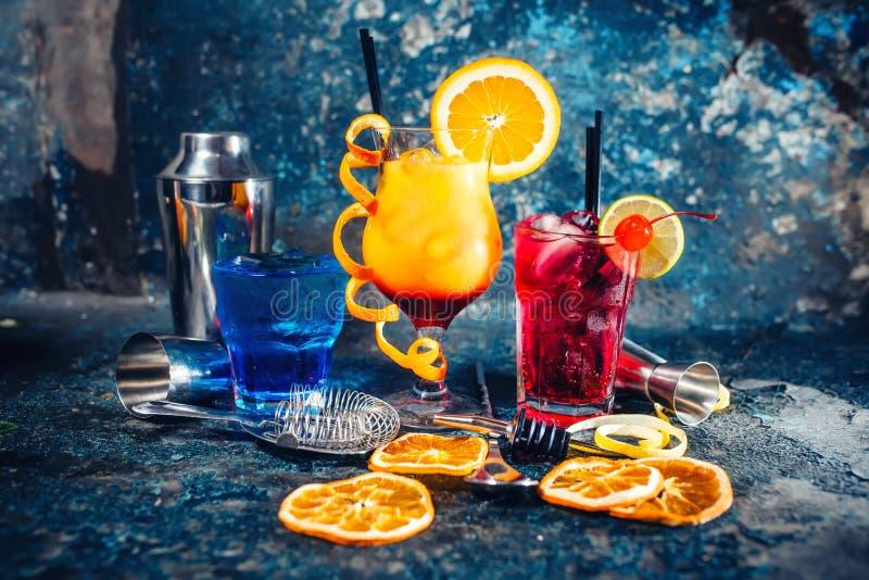 Los licores alcohólicos servidos frío en la barra, las bebidas y los refrigerios con adornan foto de archivo libre de regalías