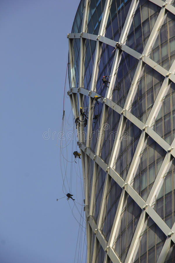 Los limpiadores de ventana trabajan en el edificio foto de archivo