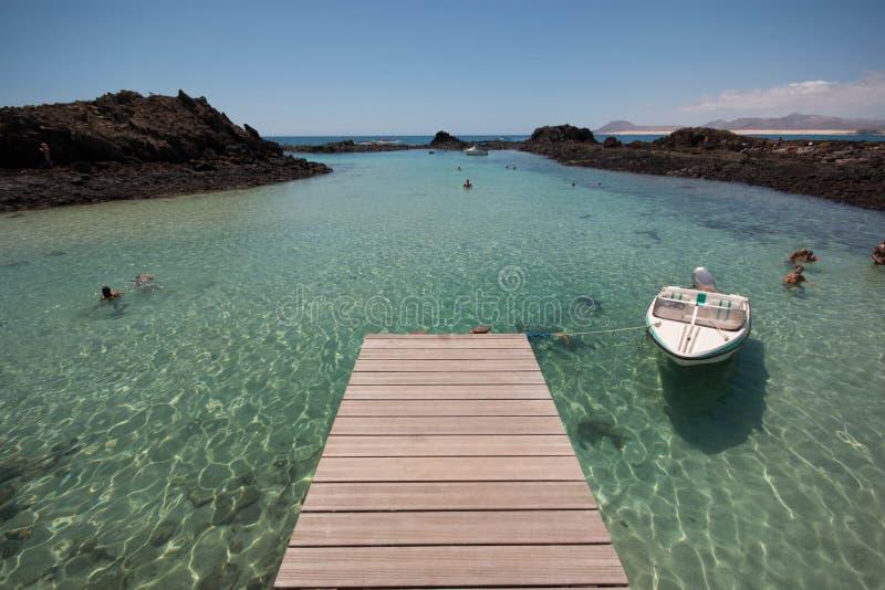 Los Lobos, Fuerteventura Embarcadero y mar imagenes de archivo