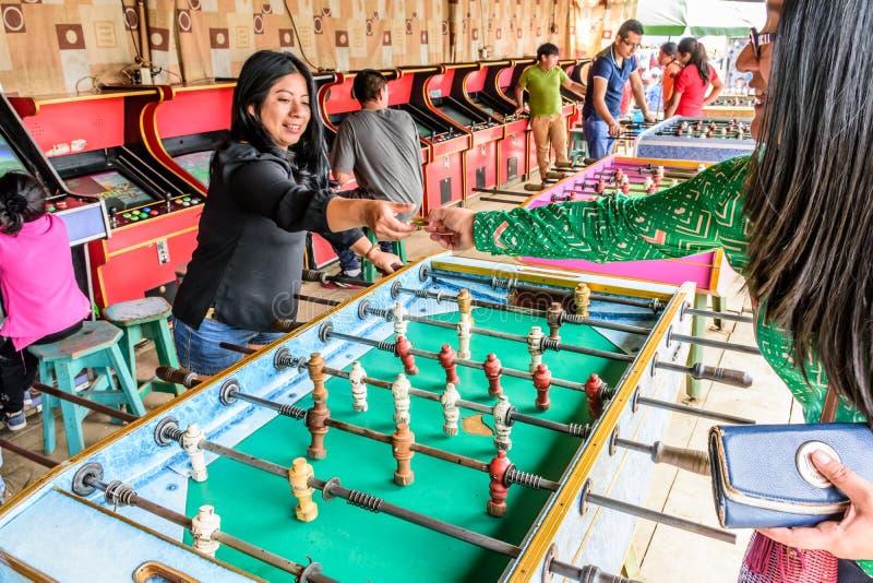 Los Locals juegan a fútbol de la tabla en la feria guatemalteca del pueblo fotografía de archivo libre de regalías