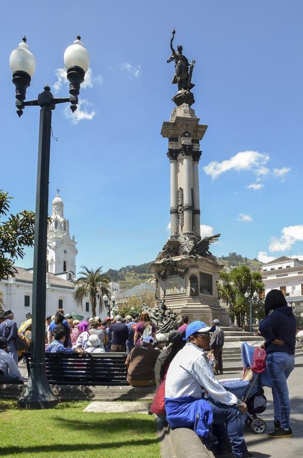 Los Locals se relajan en el cuadrado delante del palacio de Carondelet en el centro histórico de Quito imagen de archivo