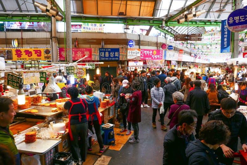 Los Locals y los turistas en las industrias pesqueras de Noryangjin venden al por mayor el mercado imagenes de archivo