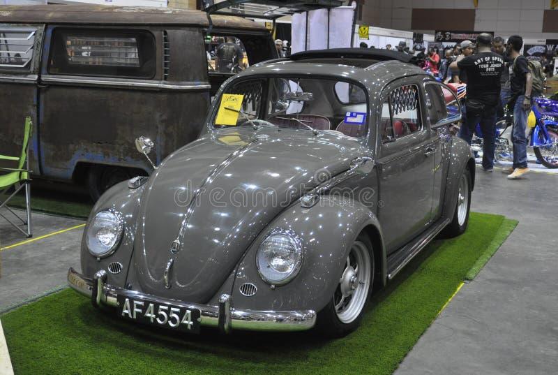 Los logotipos comerciales del emblema del fabricante de automóviles de Volkswagen hicieron de arreglo del metal del cromo en el c fotos de archivo libres de regalías