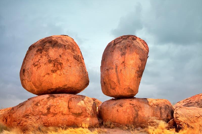 Los mármoles de los diablos erosionaron la formación de roca del granito fotos de archivo