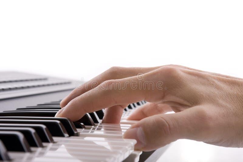 Los músicos dan jugar un piano imágenes de archivo libres de regalías