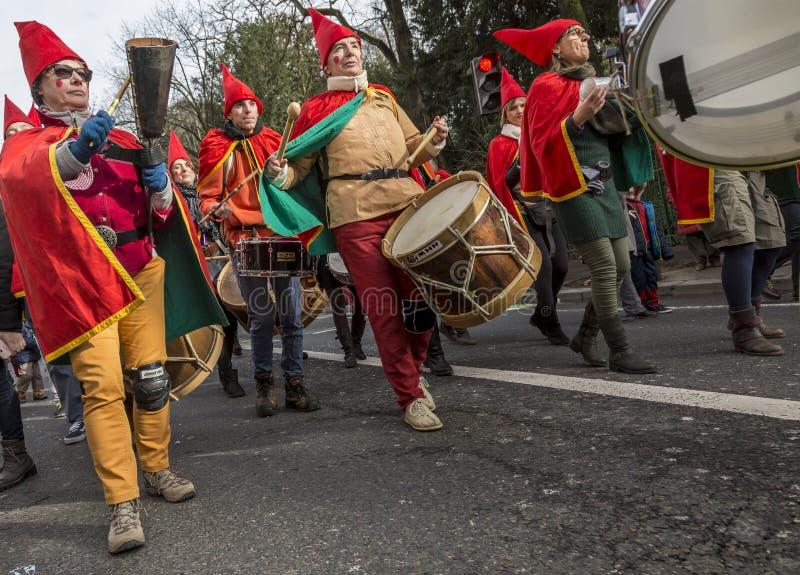 Los músicos de la calle congriegan - Carnaval de París 2018 fotos de archivo libres de regalías