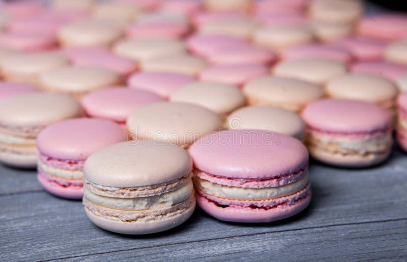 Los macarrones franceses dulces y coloridos se cierran encima del postre colorido de los macarons con backgrou colorido francés d fotos de archivo libres de regalías