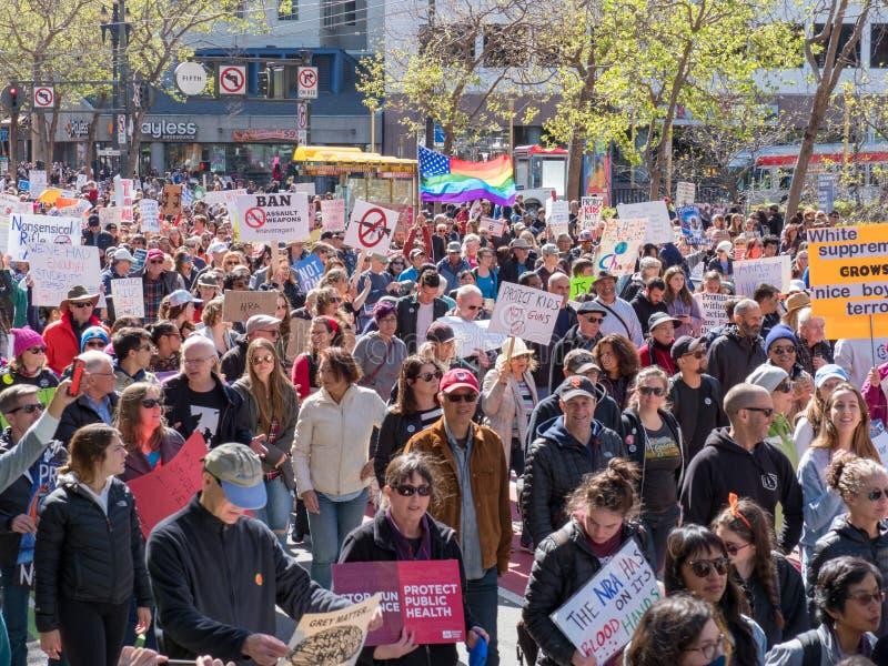 Los manifestantes con las muestras de la favorable-paz en marzo por nuestras vidas se reúnen en el Sa foto de archivo libre de regalías