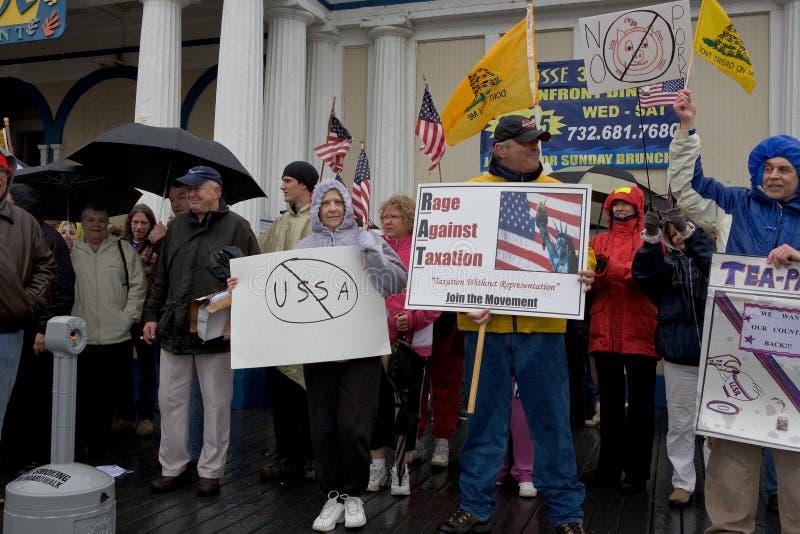 Los manifestantes del impuesto y firman adentro la lluvia fotos de archivo libres de regalías