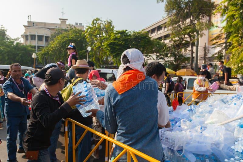 Los manifestantes están ayudando a mover el agua fotografía de archivo