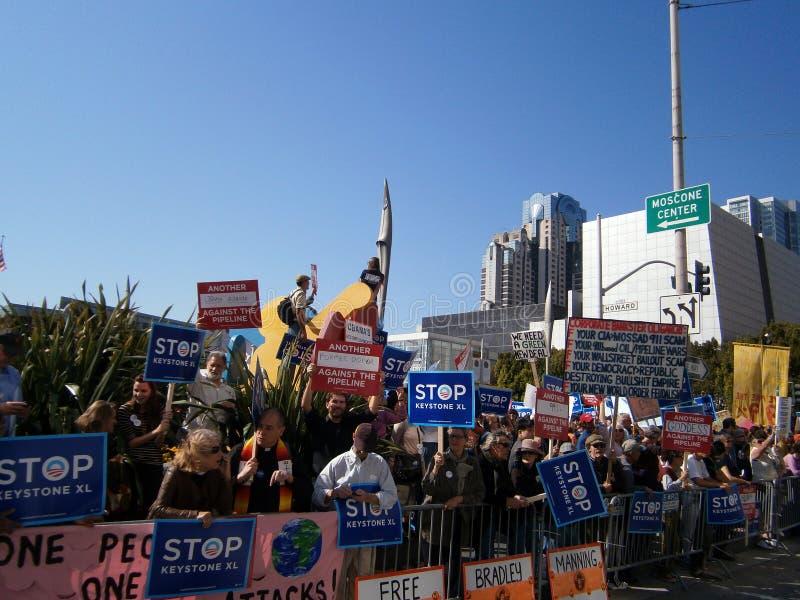Los manifestantes llevan a cabo la muestra grande imagen de archivo