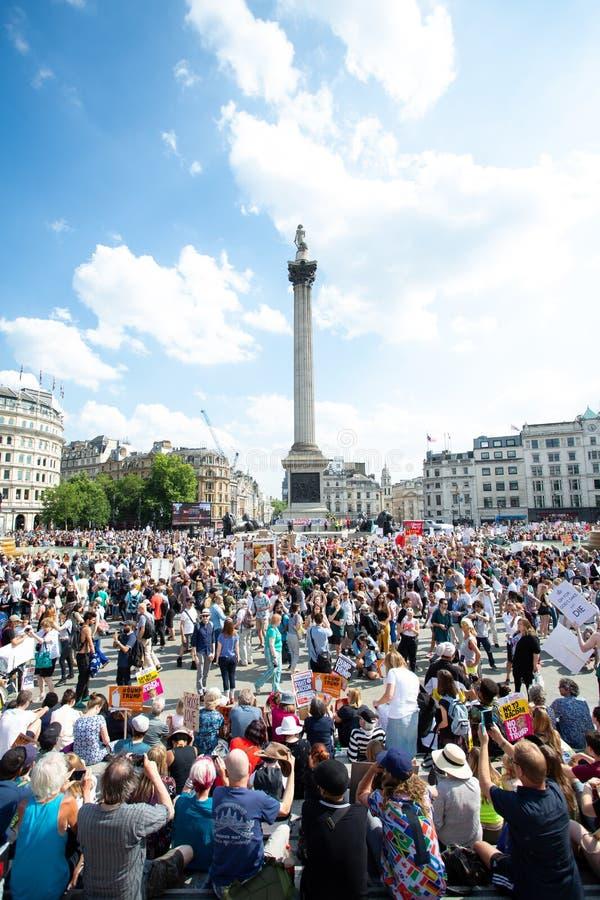 Los manifestantes llevan las calles de Londres para protestar la visita de Donald Trump foto de archivo