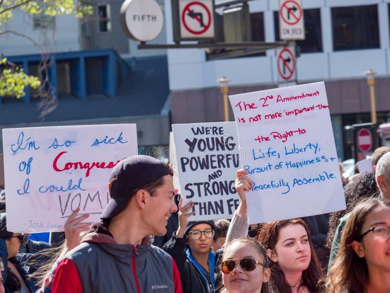 Los manifestantes marchan con las diversas muestras en marzo para nuestra reunión de las vidas fotos de archivo